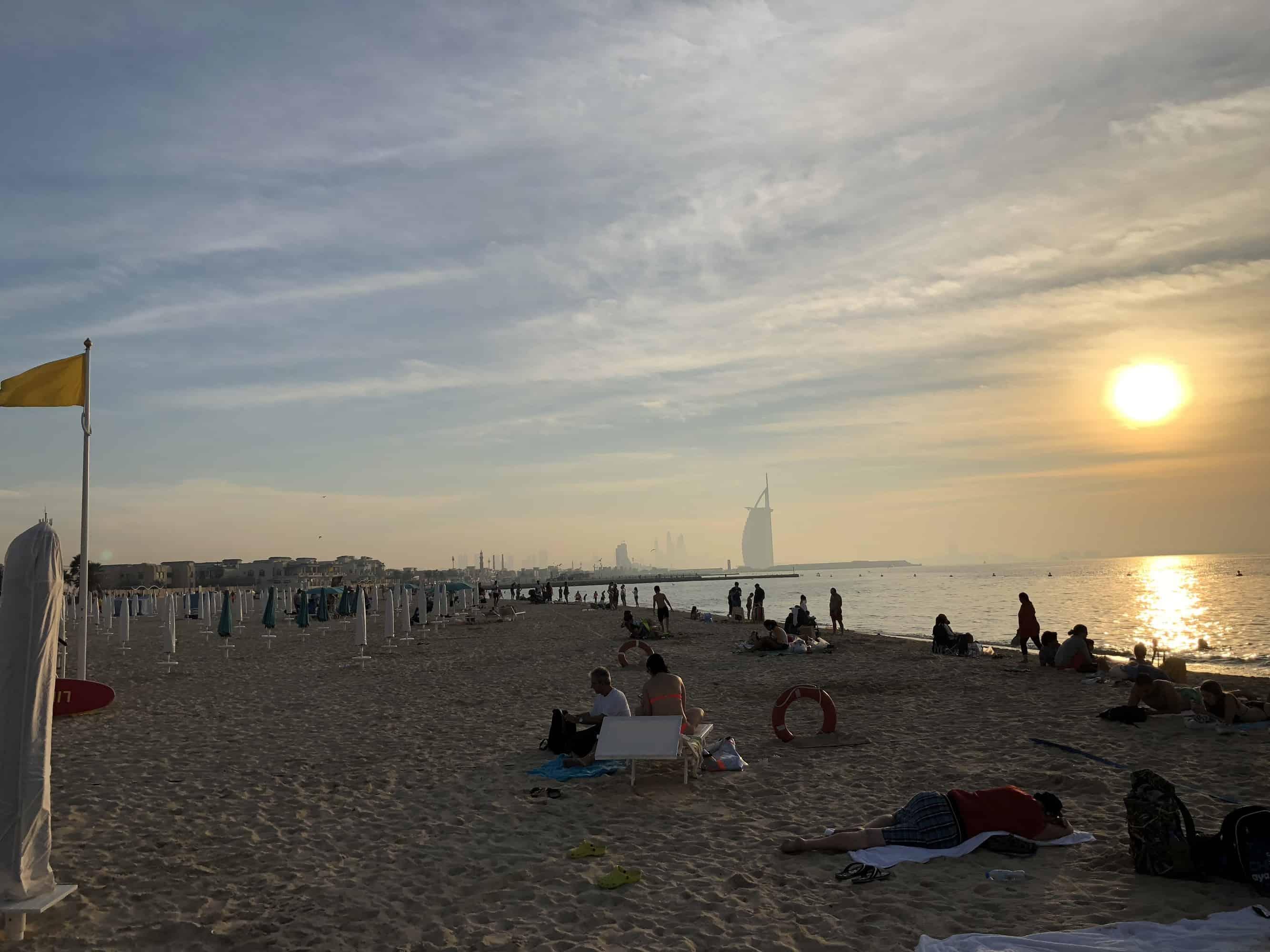 Dubaj pláž kousek od letiště