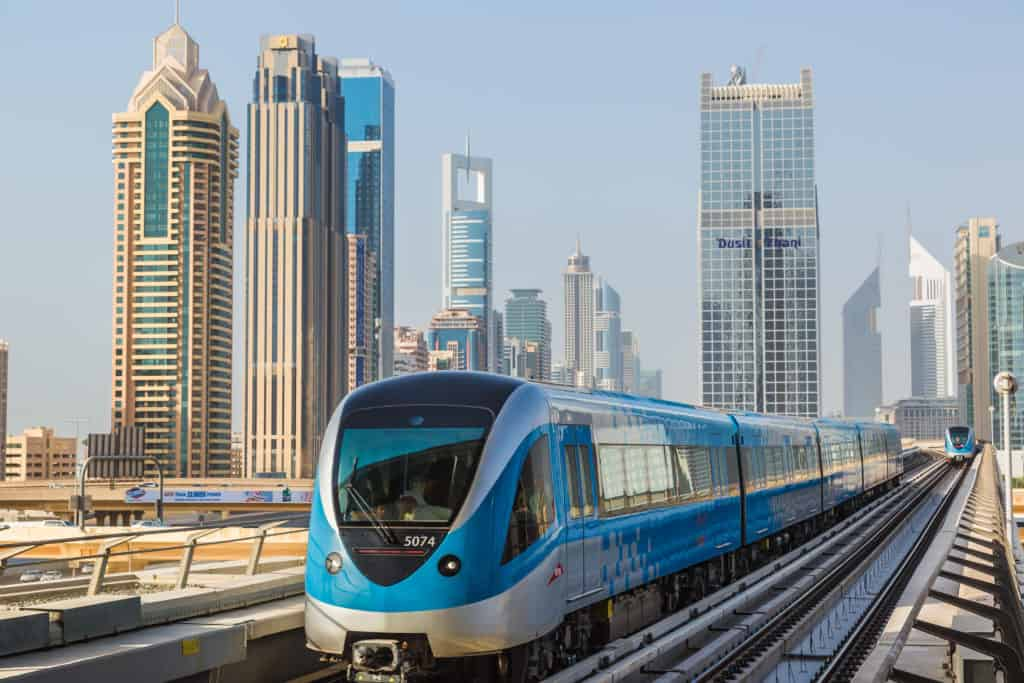 Projeďte si moderní metropoli nadzemním metrem